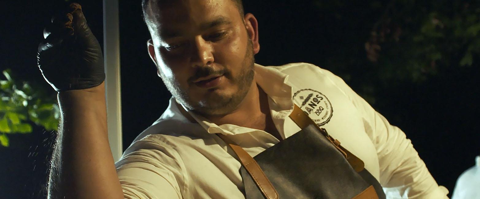 Danny van DANOS BBQ bereidt zijn vlees voor zoals saltbae tijdens een event met jason berkley studios